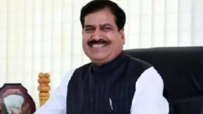 रेल मंत्री सुरेश अंगड़ी (railway minister suresh angdi)