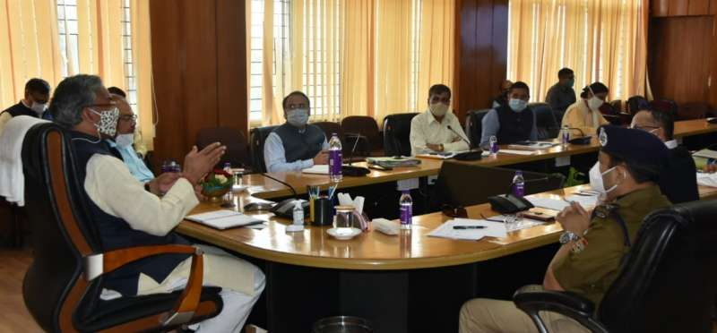सीएम त्रिवेंद्र सिंह रावत के अधिकारियों को सख्त निर्देश, कराया जाए सोशल डिस्टेंसिंग का पालन