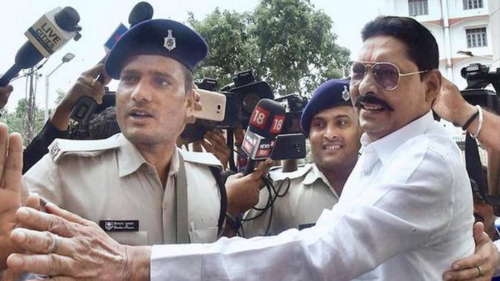 बिहार चुनाव : RJD से टिकट लेकर नामांकन भरने पहुंचे छोटे सरकार