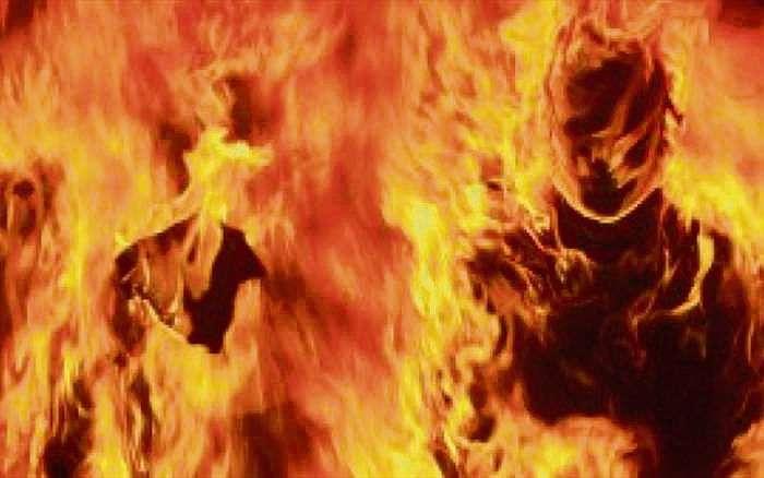 पूर्व प्रेमी ने युवती को किया आग के हवाले, युवती ने उसे भी आग में खिंचा, दोनों की मौत
