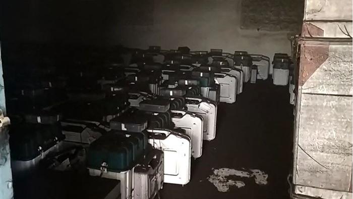 स्ट्रांग रूम में लगी भीषण आग, जलकर नष्ट हुईं ईवीएम मशीनें