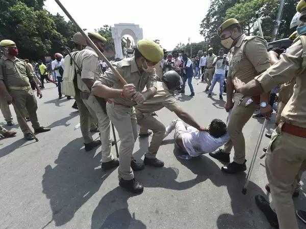 Hathras Gangrape: TMC सांसदो को बॉर्डर पर रोकने से हंगामा , प्रशासन ने बरती सख्ति
