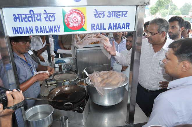 रेलवे ने यात्रियों को दी राहत, अब मिलेगा गरमागरम ताजा खाना, कोरोना के चलते लगी थी रोक