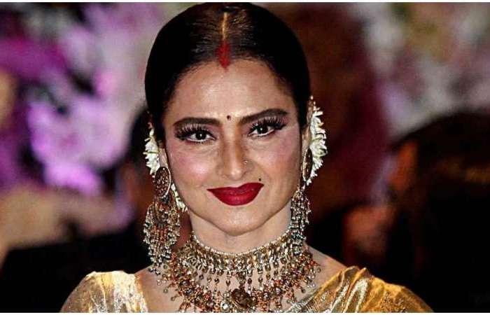 बॉलीवुड की मशहूर अभिनेत्री रेखा की जीवन के रहस्य, आज भी लगाती हैं सिन्दूर