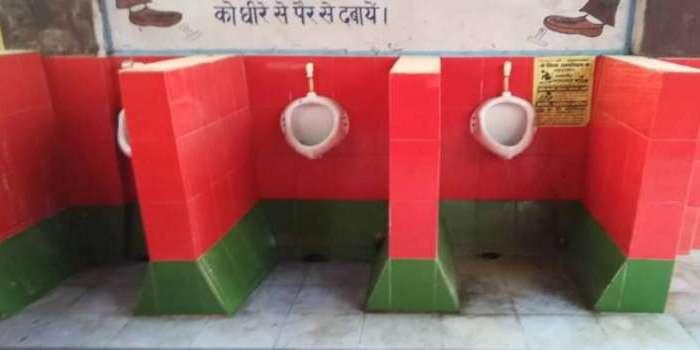 उत्तर प्रदेश में गरमाई सियासत, सपा के झंडे के रंग की टाइल्स टॉयलेट पर लगाने पर विवाद