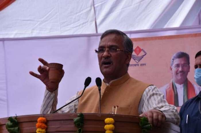 सीएम त्रिवेंद्र सिंह रावत ने विद्युत चालित चाक किये वितरित