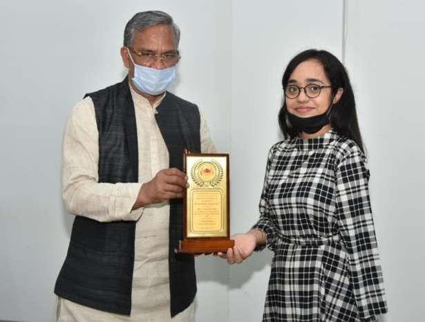 सीएम त्रिवेंद्र ने किया मेधावी छात्रा सुश्री संपदा सिन्हा को सम्मानित