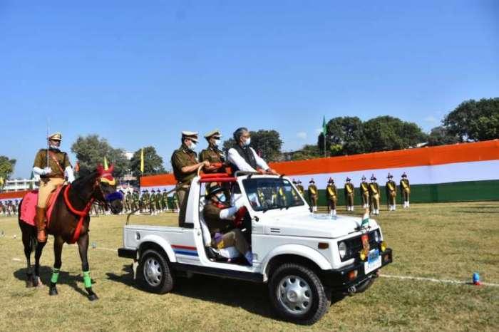 सीएम त्रिवेन्द सिंह रावत ने देहरादून में राष्ट्रीय एकता दिवस पर रैतिक परेड का निरीक्षण कर राष्ट्रीय एकता की शपथ दिलाई
