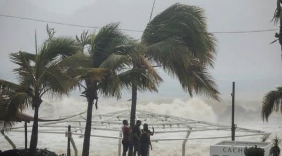 भयंकर तूफान ने पलभर में बदल दी लोगों की जिंदगी, 35 की मौत के साथ कई दर्जन लापता