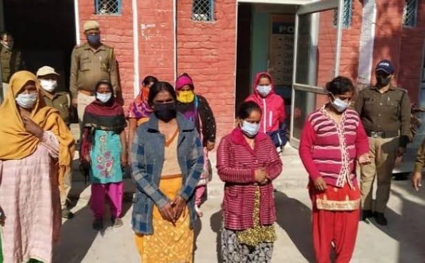 57f94877 4c54 4a48 a03c 414c75256d26 यात्रियों को अश्लील इशारे करते हुए 8 महिलाओं को पुलिस ने किया गिरफ्तार, ये काम करने की बताई बड़ी वजह
