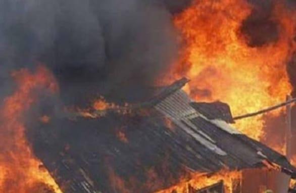 5af453af 9a1d 493f 920b 89b8be9c5578 चंद मिनटों में आग ने धारण किया विकराल रूप, झुग्गी-झोपड़ियां जलकर हुई खाक