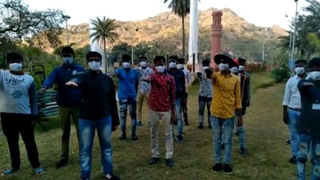 838214ed dfd6 48d9 abe3 d92067ee9b22 13 वर्षीय छात्र ने चलाया कोरोना के विरूद्ध जन जागरूकता अभियान, संक्रमण से बचने के लिए सैलानियों को दिलाई शपथ