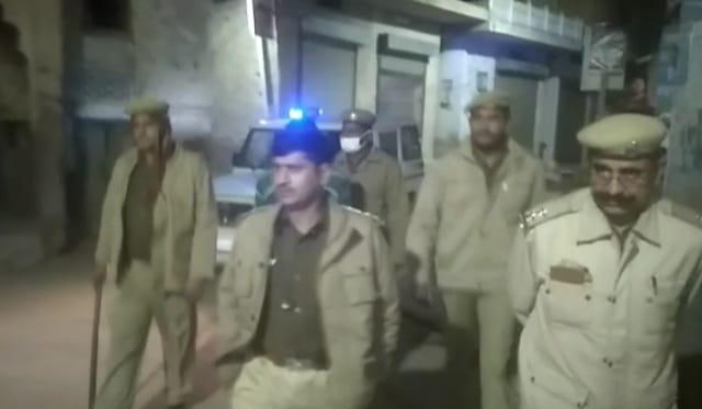 व्यापारियों को सता रहा दुकानों में चोरी का डर तो पुलिस फोर्स ने रात में लगाया गस्त