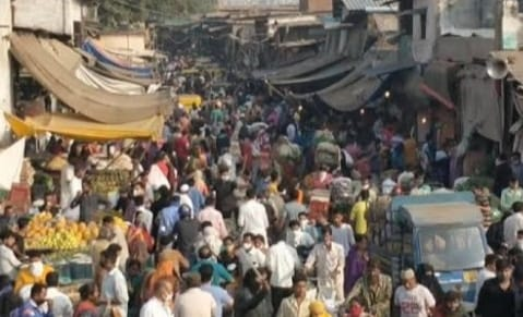 9af74d9c 30b7 4e6b 9e37 80fba0010d1f 57 घंटे के कर्फ्यू से पहले मार्केट में दिखाई दी जबरदस्त भीड़, स्कूल खोलने को लेकर किया गया ये अहम फैसला