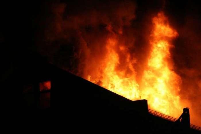 दीवाली पर दिल्ली में एक रेस्टोरेंट हुआ आग के हवाले, लकड़ी के गोदाम में भी आग लगने से एक की मौत