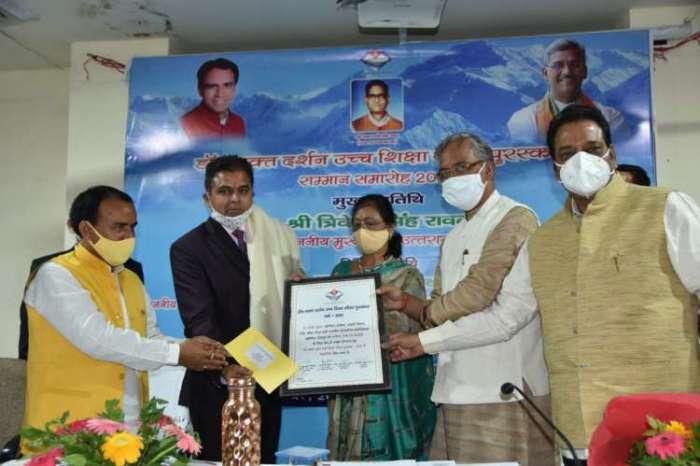 सीएम त्रिवेन्द्र सिंह रावत ने दून विश्वविद्यालय में 4 शिक्षकों को दिया पुरस्कार