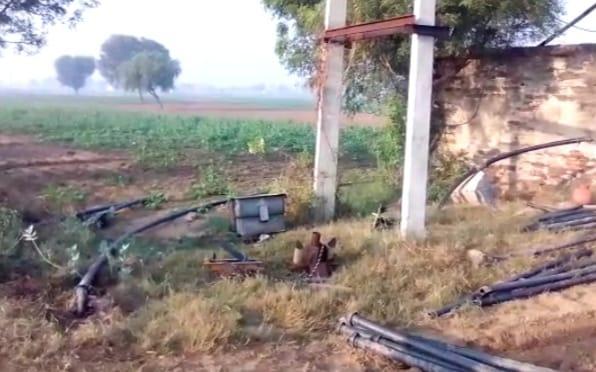 a45d754f 7d55 449e 9028 519982dd21a6 ठंड के कारण घर सोने गए किसान के ट्रांसफार्मर से सामान चुरा ले चोर, सुबह आकर देखा तो मिला खाली