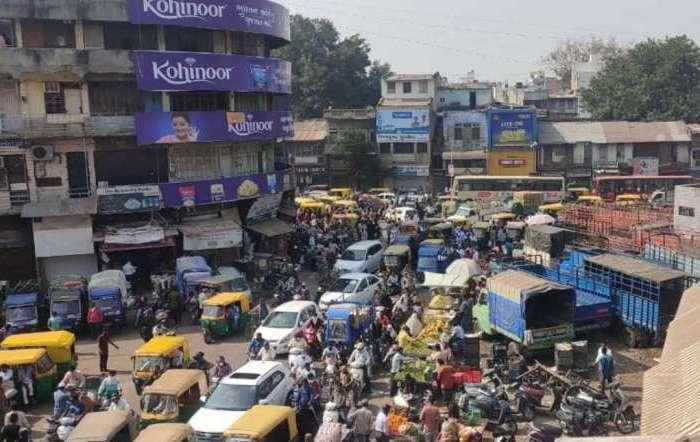 अहमदाबाद में कोरोना कर्फ्यू के एलान से लोगों में खौफ, बाजारों में उमड़ी भीड़