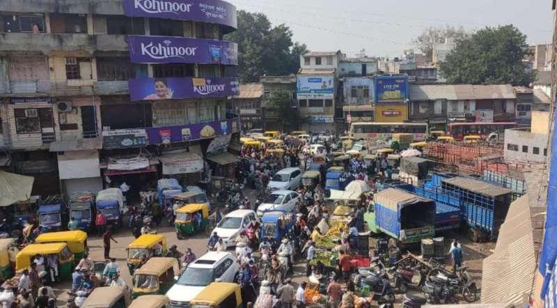 ahmedabad 1 अहमदाबाद में कोरोना कर्फ्यू के एलान से लोगों में खौफ, बाजारों में उमड़ी भीड़