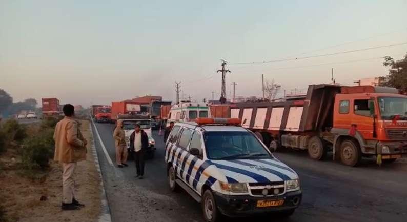 alwar असंतुलित होकर डिवाइडर पर चढ़ा ट्रक, केबिन में फंसा चालक, बाल-बाल बची जान