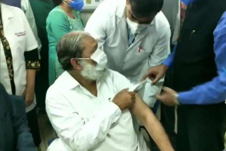 anil vij अनिल विज बन गए ऐसे पहले मंत्री, जिन्होंने लगाया स्वदेशी वैक्सीन का पहला टीका