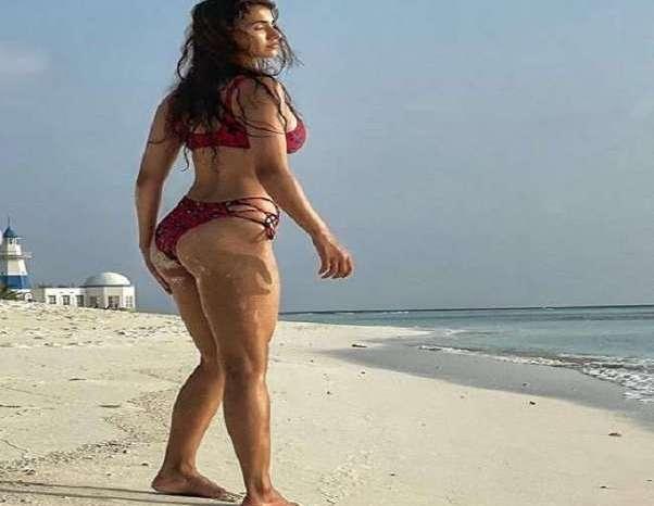 दिशा पाटनी ने रेड बिकिनी में मालदीव बीच पर वॉक करते हुए दिए हॉट पोज, तस्वीरे हुई वायरल