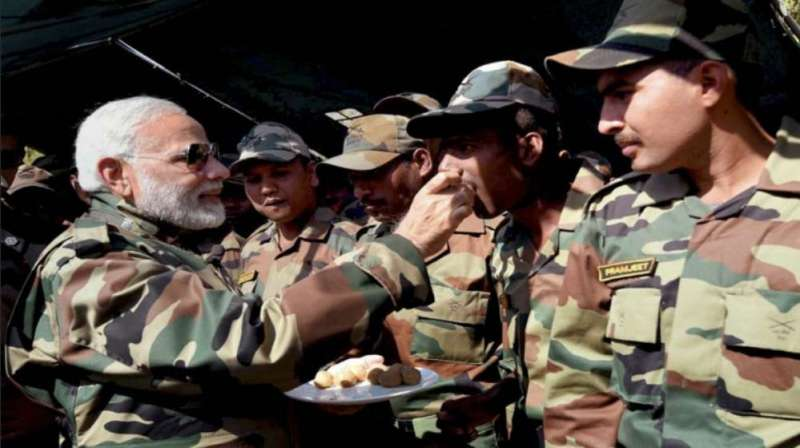 pm modi with soldiers जानें इस बार दिवाली मनाने कहां जाएंगे PM मोदी, हर साल की तरह जवानों के साथ ही करेंगे सेलिब्रेट