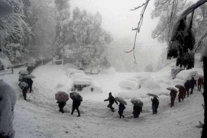 अनंतनाग में भारी बर्फबारी से तीन मकान ढहे, श्रीनगर से सभी उड़ानें रद्द