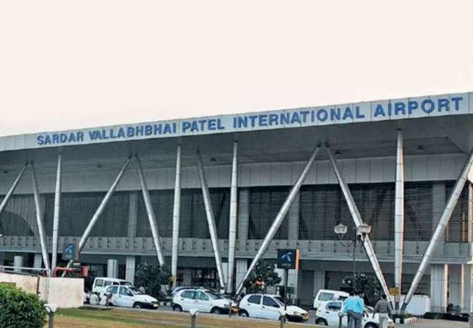 अहमदाबाद एयपोर्ट पर खूब हुआ हंगामा जब पुलिस अधिकारी ने एयरपोर्ट स्टाफ को जड़ा थप्पड़
