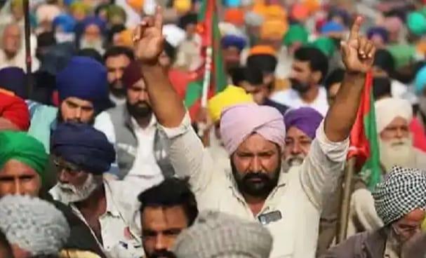 प्रदर्शनकारी किसानों ने टोल को कराया फ्री, राकेश टिकैत ने पराली को लेकर सरकार पर कसा तंज