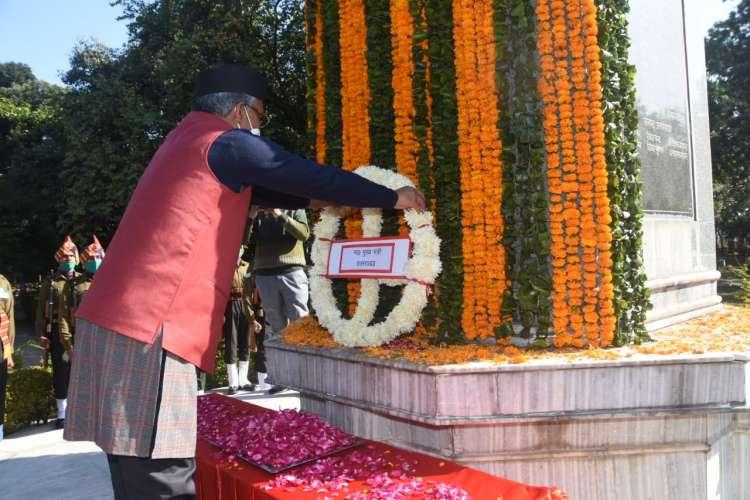 505e7fa2 0950 4968 80cf 8b4049b48619 विजय दिवस के मौके पर सीएम त्रिवेंद्र सिंह रावत ने शहीद जवानों को दी श्रद्धांजलि, आज के दिन को विश्व इतिहास में बताया महत्वपूर्ण