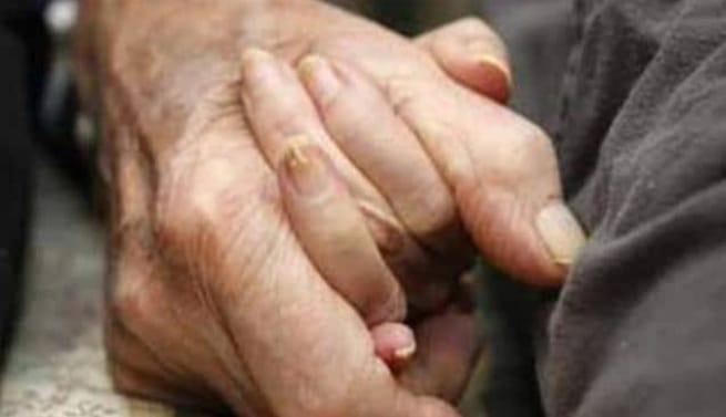 99 साल की उम्र में महिला ने कोरोना को दी मात, 100वां जन्मदिन मनाने के लिए फूल और मिठाइयों से किया गया स्वागत