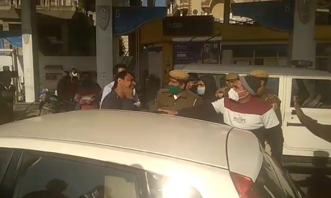 7626adcf 389d 4e77 aa25 385e7964a95e चालक ने पंप पर लगाया कम तेल देने का आरोप, पुलिस ने कराई माप तो निकला पूरा