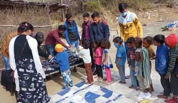 पड़ने लगी कंप-कंपाने वाली ठंड, महावीर Ag Sa टाइगर ग्रुप ने छोटे बच्चों को दिए सर्दी से बचने के लिए निशुल्क सामान