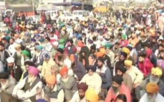 किसानों ने किया दिल्ली-कौशांबी रोड जाम, फल वितरित करने वाले ट्रक को रोकने का लगाया आरोप