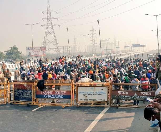 WhatsApp Image 2020 12 03 at 10.59.04 किसानों ने दिल्ली-मेरठ एक्सप्रेस-वे किया जाम, गाजियाबाद से दिल्ली जाने वाली लेन ब्लॉक