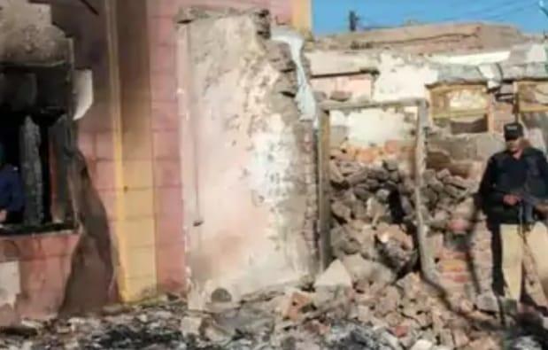 ab7a0ded 39c7 424e 9f07 d7669ea58047 1 पाकिस्तान में हिंदू धर्म को पहुंची ठेस, मंदिर में तोड़फोड़ करने वाले में 26 को पुलिस ने किया गरफ्तार