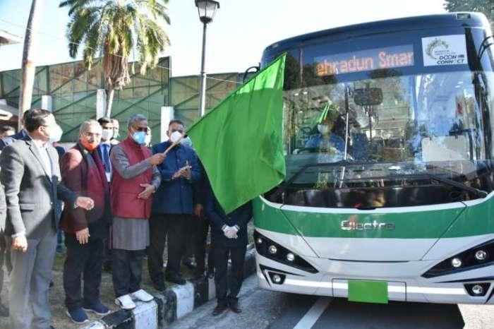 सीएम त्रिवेंद्र सिंह रावत ने किया इलेक्ट्रानिक बसों के ट्रायल का शुभारंभ, वित्तीय वर्ष में 30 बसें चलाने का प्रयास
