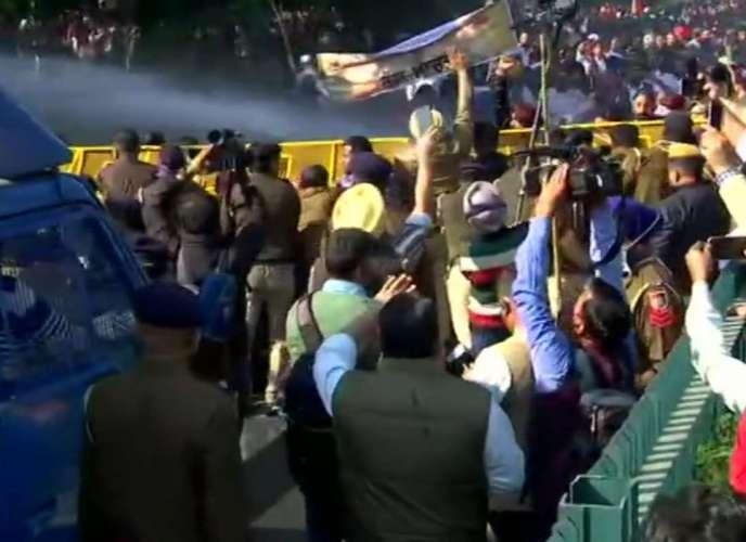 chd किसानों के समर्थन में चंडीगढ़ में भी हुआ प्रदर्शन, पुलिस ने किया पानी की बौछार का इस्तेमाल