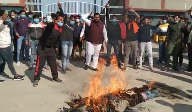 dead172a c006 4f7f 8897 eb84373ace54 विधायक बलजीत यादव के खिलाफ बाबा के भक्तों में आक्रोश, विधायक का पुतला फूंककर जताया विरोध