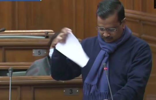 दिल्ली विधानसभा में सीएम केजरीवाल ने फाड़ी कृषि कानून की प्रति, बोले- भगत सिंह ने इस दिन के लिए कुर्बानी नहीं दी थी
