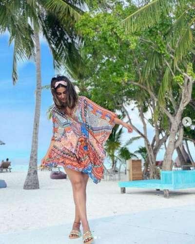 hena khan पिंक बिकिनी में मालदीव में एंजॉय कर रही है हिना खान, करवाया फोटो शूट