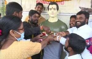 sonu sood 1 इन लोगों ने सोनू सूद को मान लिया है भगवान! कर रहे हैं उनकी आरती और पूजा, सोनू का भी आया रिएक्शन