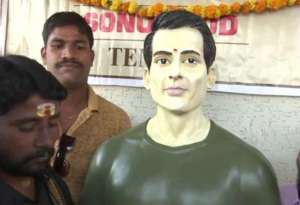 sonu sood 2 इन लोगों ने सोनू सूद को मान लिया है भगवान! कर रहे हैं उनकी आरती और पूजा, सोनू का भी आया रिएक्शन