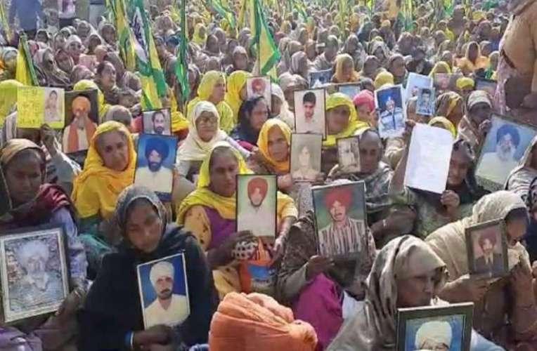 women in farmers protest कर्ज तले दबे जिन किसानों ने की थी आत्महत्या, आज उनकी पत्नियां बनी किसान आंदोलन का हिस्सा